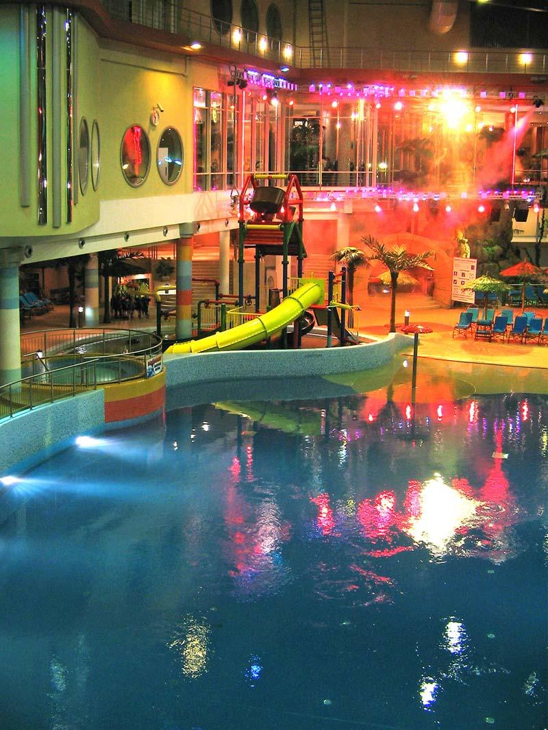 Stimmungsvolles oder Buntes Discolicht im Schwimmbar mit IP-65 PAR Scheinwerfer