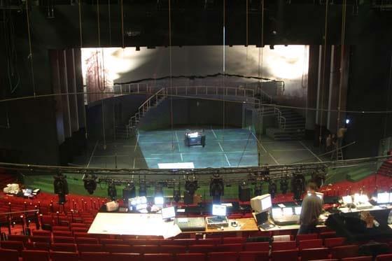 Blick vom Zuschauerraum auf die Bühne.