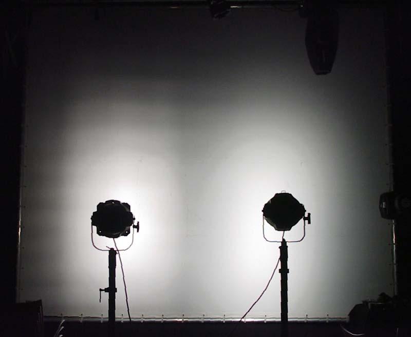 Links erkennt man ein stufiges Lichtfeld wegen dem Schutzgitter, rechts nicht.