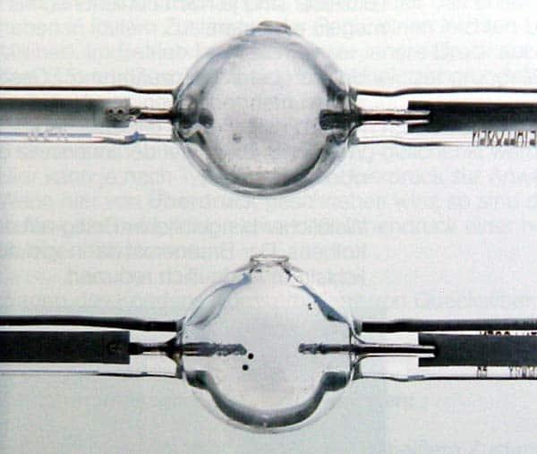 Zwei Kolben von Entladungslampen mit den Elektroden. Einmal mit abgenutzten Elektroden