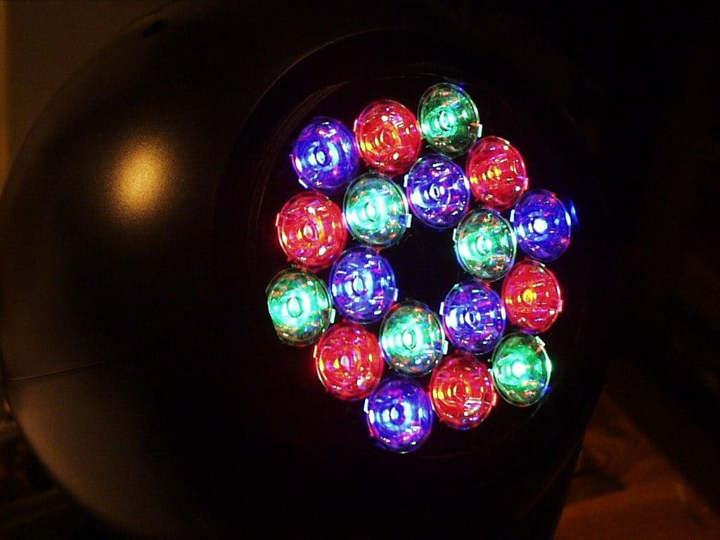 Zeigt einen kopfbewegten Wash mit mehrfarbigen, räumlich voneinander getrennten LEDs