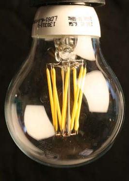 SIeht aus wie eine Glühlampe aber mit LED-Leuchtfäden