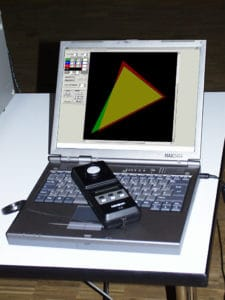 Rechner mit Chromameter zeigt auf dem Bildschirm zwei Farbräume von zwei Lichtquellen, um sie dann mittels anpassung zueinander anzugleichen.