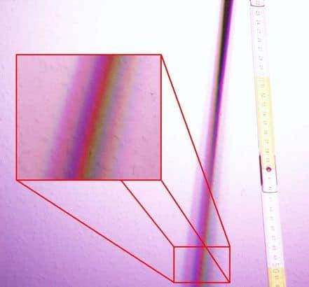 Entstehender Farbschatten durch einen Zollstock im Lichtstrahl