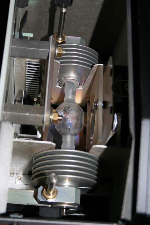 KMI im LAmpengehäuse - hier werden die Sockelenden mit Kühlrippen versehen