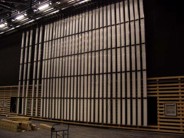 HGL-Wannen hängen entlang der Wand vom Studioschienensystem herunter.