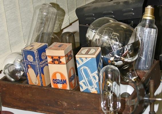 Eine Kiste Historischer Leuchtmittel