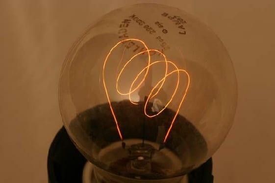 Eine glimmende Kohlefadenlampe