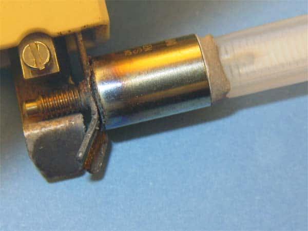 Korridierter Übergang zwischen Sockel und Lampe