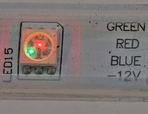 Zeigt ein SMD RGB LED auf Streifen, mit einem leuchtenden roten und grünen Chip