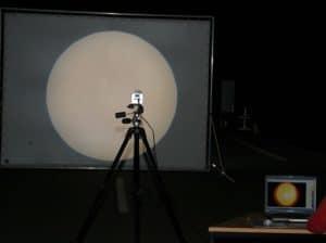 Leuchtdichtekammera nimmt die Projektins fläche auf, welche von einem Testscheinwerfer durchleuchtet wird.