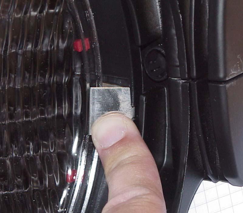 Das drücken mit dem Daumen presst die Metallfeder nur an das Glas dran, anstatt die Linse freizugeben