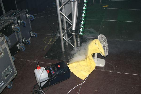 Nebelmaschine mit Lüfter in praktischen Betrieb.