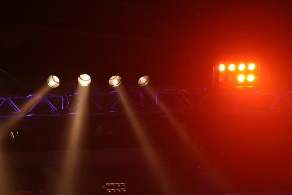PAR-Scheinwerfer auf der Traverse strahlen von hinten auf die Bühne