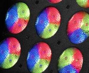 Das Bild zeigt wie drei Hochleistungs-LEDs in eine Trippel Kollimator leuchten.