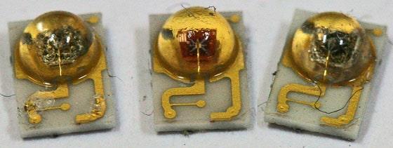 Drei LEDs, wovon die Äußeren durch schwarz verfärbt sind.