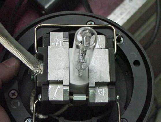 Keramiksockel-Flanken des Leuchtmittels werden mit Metallblöcken zur besseren Wärmeabgabe eingefasst.