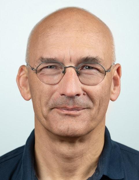 Hauptberuflich arbeitet Dipl.-Ing. (FH) Herbert Bernstädt heute bei der Firma Adam Hall in der Entwicklungsabteilung als Lichtspezialist.